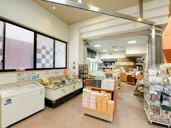 *【売店】新潟の銘菓や夕食時のお漬物など、豊富なラインアップを取り揃えております。