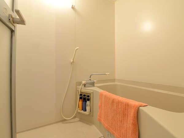 *【客室(バスルーム※和室8畳を除く)】大人の方でもゆったりできる大きさの浴槽です。