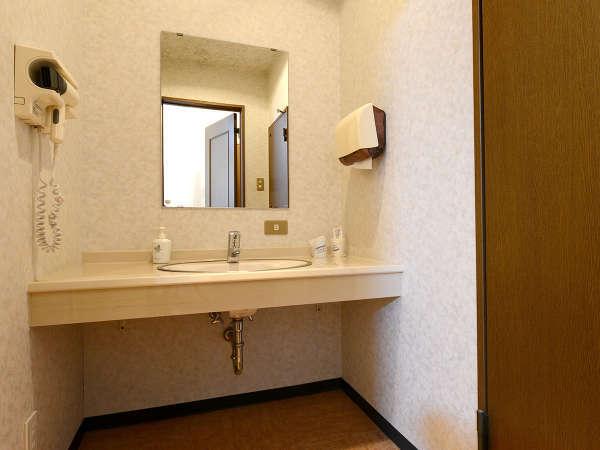 *【客室(洗面台)】洗面所にはハンドソープ・コップ・紙コップなどのアメニティを備え付けております。