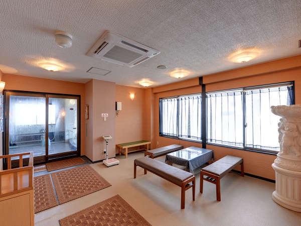 *【脱衣所(佐渡見の湯)】広々としたスペースを確保。常に清潔な環境を整えております。