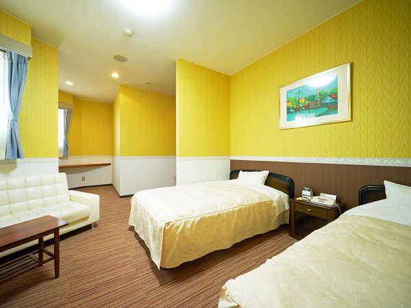*【客室(洋室ツイン)】ベッドが2台の客室です。ご夫婦・カップルの方々に人気の客室です。