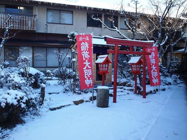 【お稲荷さん】雪が降ると、赤い鳥居と白い雪のコントラストがとても美しいです。