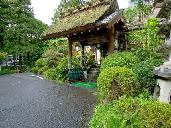 赤目四十八滝から車で5分の好立地。豊かな自然の中で愉しむ、料理と温泉が自慢です。