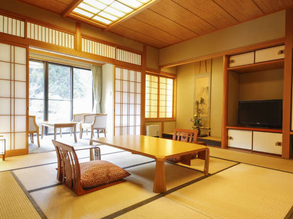 【東エリア】『東館和室』一例。窓からは豊かな緑が見え、快適にお過ごしいただけます。