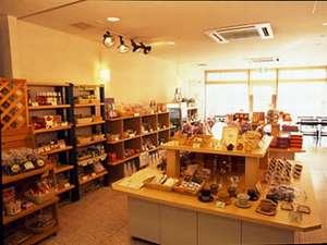 地ワイン・地酒など山梨のおみやげを多く揃えた売店は、朝7時~夜9時営業。
