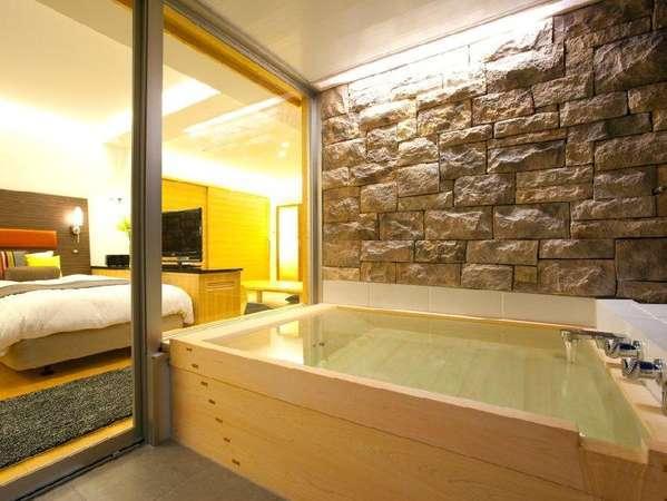 【Withoak 201】2名様入浴OK♪露天風呂付洗練されたインテリアの和洋室。そして、窓外の印象的な石