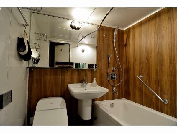温もりのある木をあしらえたスタンダードダブルのバスルームです。