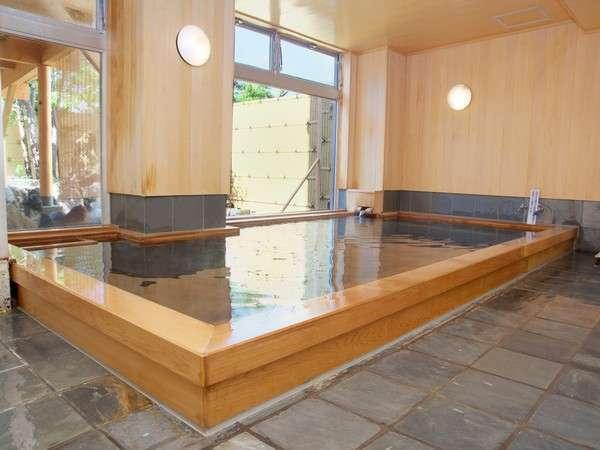 《源泉かけ流し檜風呂》檜がほのかに香る内湯にとっぷり浸かると、体も心もゆるゆるとほぐれていきます