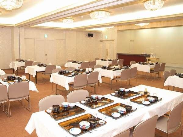 《お食事会場》ゆったりとした広間でのお食事となります。