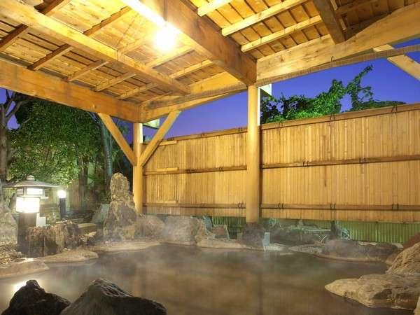 《源泉かけ流し庭園露天風呂》傍らを優雅に泳ぐ錦鯉や澄んだ夜空を眺めながら癒しの湯浴みをお楽しみ下さい