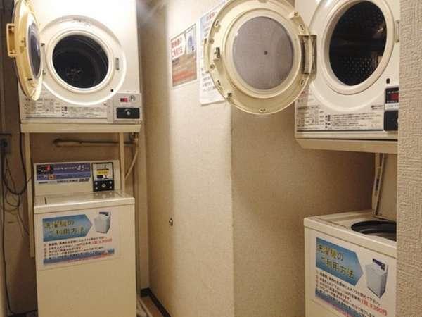 2階ランドリースペースには洗濯機と乾燥機をそれぞれ2台ずつご用意。(有料)