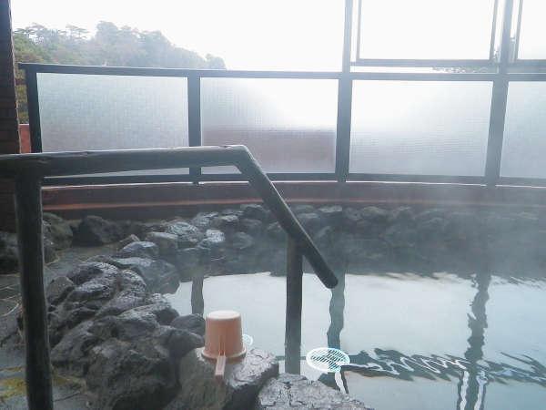 【男性露天風呂】三滝川の清流の音に耳を傾けながら湯あみをお楽しみください