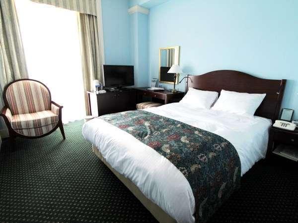 ダブルルーム(ブルーの壁)爽やかで落ち着いた雰囲気のお部屋です。