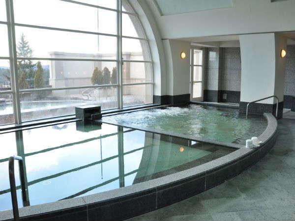 開放感のある広々とした男性大浴場(内風呂)