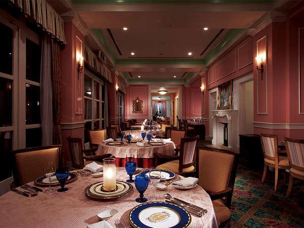 クラシックな雰囲気のインテリアで統一されたフランス料理レストラン「オークヴィル」