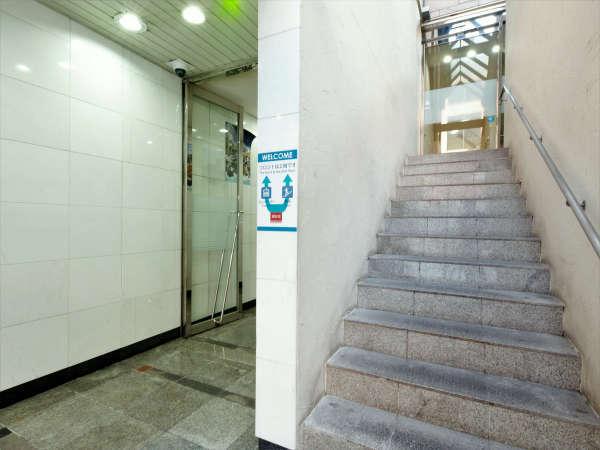 ◆エントランス◆フロントが2Fのため階段かエレベーターお上がりください