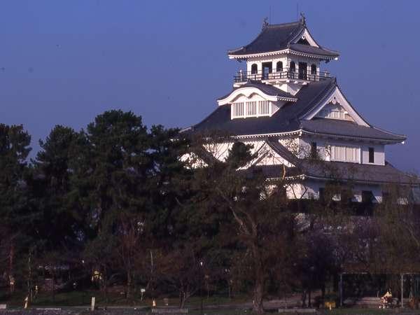 長浜城へは車で5分
