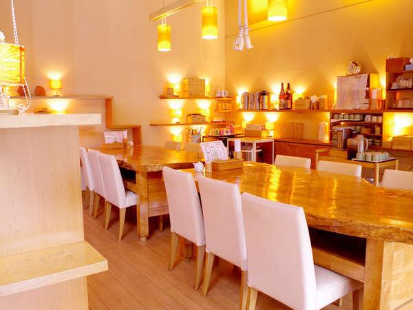 【レストラン彩】お食事はこちらでご用意致します。木のぬくもりにほっこりしますね。