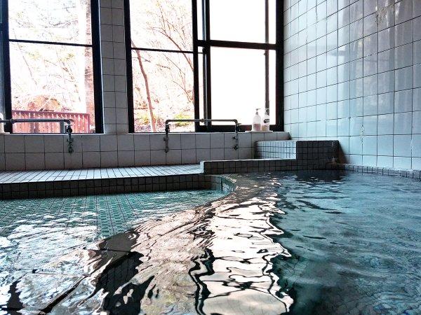 *24時間かけ流しの温泉は毎分300リットル湧き出します。