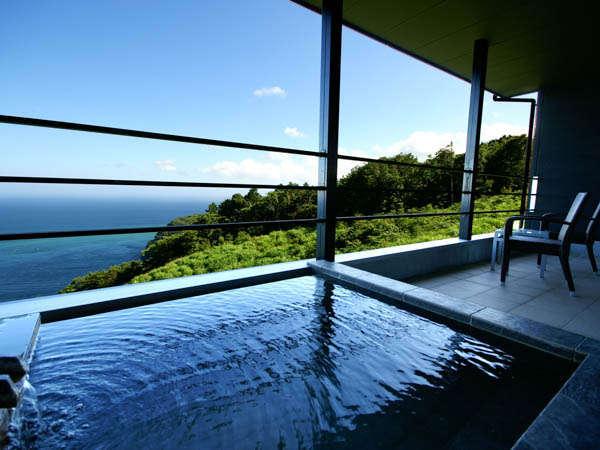 二階棟2階:露天風呂とテラスにて、源泉掛け流しの湯を24時間お好きな時にご堪能。