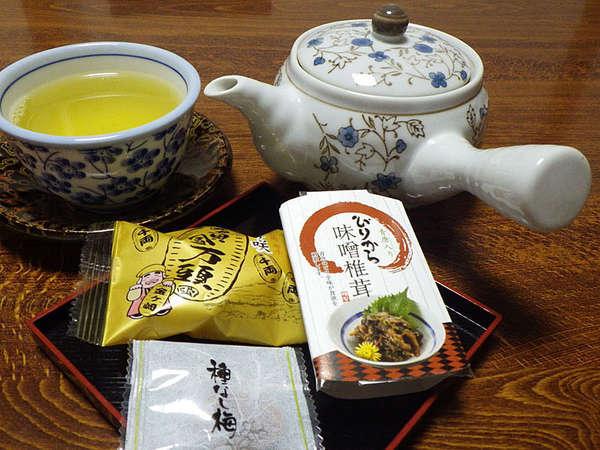 *お茶菓子/遠方よりお越しいただきありがとうございます。どうぞお寛ぎ下さい。