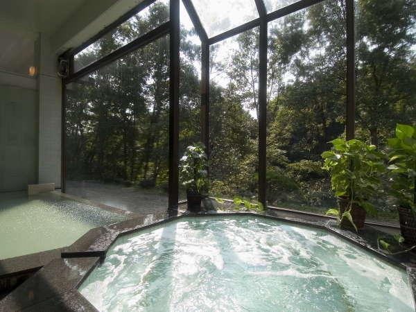 木立越しに光が差し込むジャグジー付温泉大浴場.
