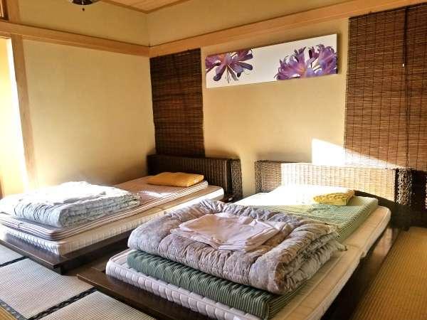 お日様が差し込む明るい寝室です。5室の客室がある貸別荘を1棟貸しきりでご利用いただけます!