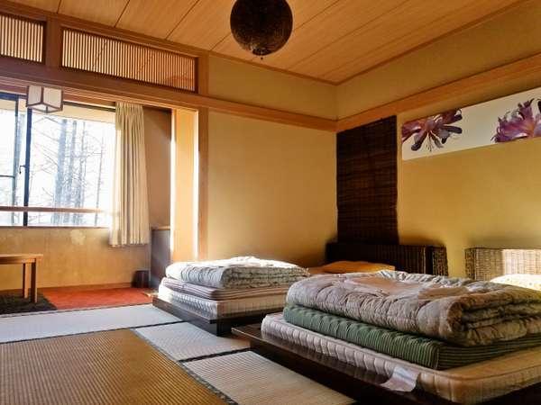 和室にベッドを設えた落ち着きの客室。5室の客室がある貸別荘を1棟貸しきりでご利用いただけます!