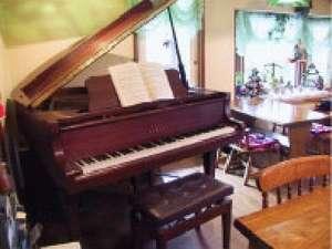 ダイニングにはピアノがあり、カントリーな雰囲気をかもし出すよ