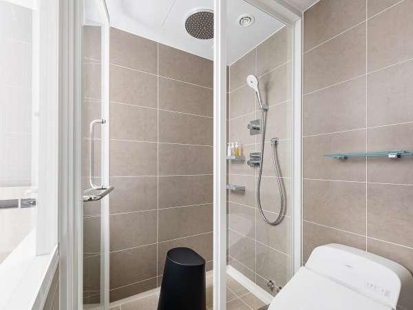 新機能のレインシャワー。身体を包み込むように流れるお湯の高い温め効果で疲れを癒し、くつろぎをプラス。