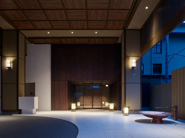 閑静な「祇園の町並み」に溶け込んだホテルエントランス。