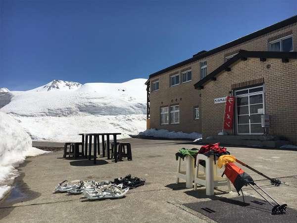 4月5月は雪上歩きやスキーをお楽しみいただけます。