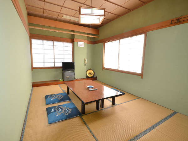 客室 6畳和室の一例。お部屋から海が望めます。