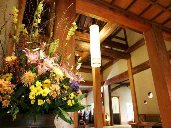 【帳場】(フロント)週替わりの大きな生花で皆様をお出迎え致します。