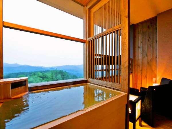 【客室】露天風呂から景色の望みながら、温泉をお愉しみ頂けます。(イメージ)※夢想窓の設置あり。