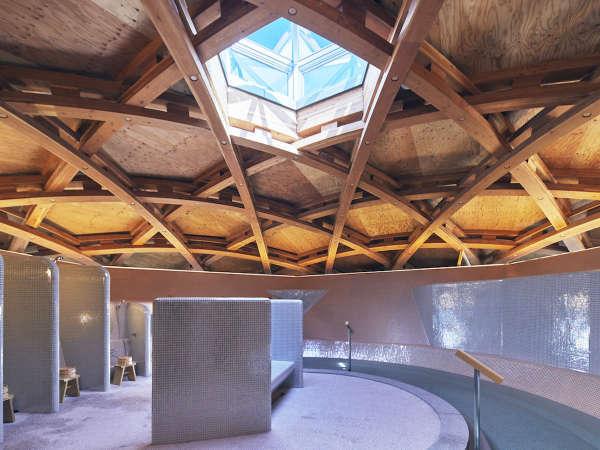 「女子温泉大浴場」天窓から光が差し込む内湯で寛ぎの時間をお過ごし下さい。