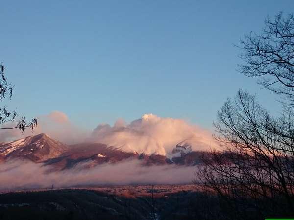 【オナーズヒル2】敷地内から望む浅間山の朝焼け
