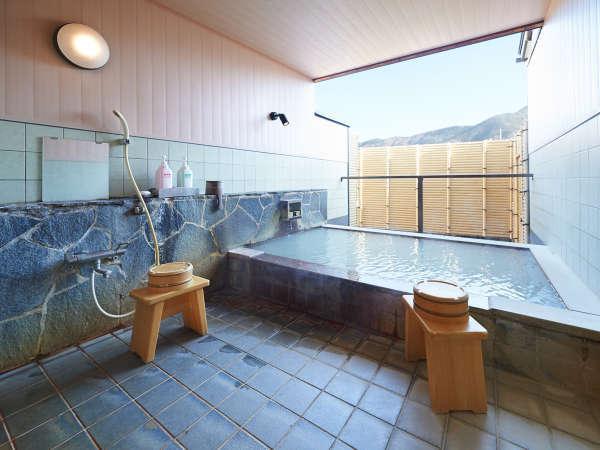 *【貸切露天風呂 (一例)】外は、雄大な箱根の山々が見渡せます。