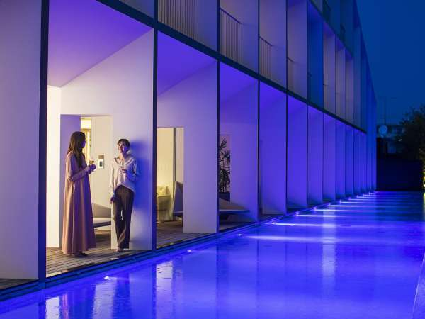 屋外プール/プールがライトアップされて、大人の雰囲気を楽しめます