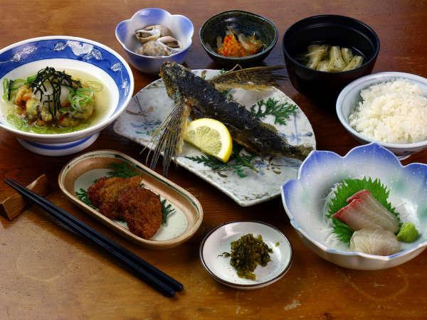 夕食一例です。屋久島名物トビウオとさつまあげを召し上がれ♪