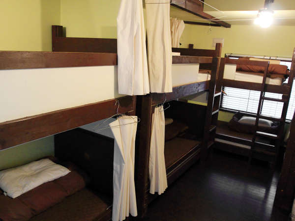 お部屋はすべて相部屋2段ベットでのご利用になります。