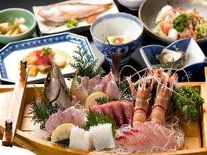旬魚の舟盛りも味わえる夕食一例