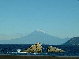 宿より徒歩2分の海岸では、富士山がとても綺麗に見えています。