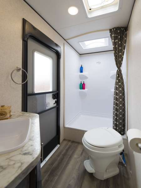 ビッグサイズトレーラーハウスのシャワールーム(湯船なし)