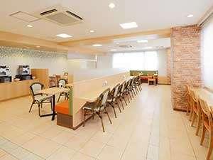 【朝食会場】明るく広々とした空間で、無料朝食サービスをお召し上がり下さい♪