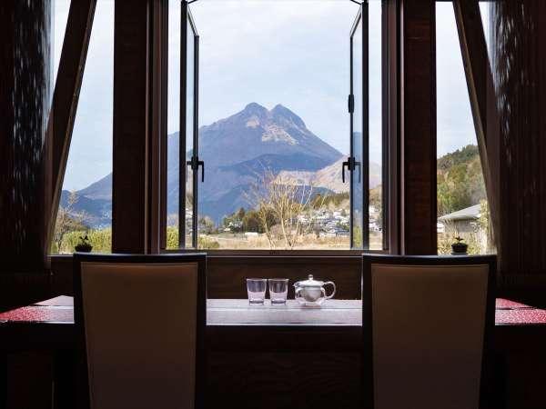 【レストラン】由布岳を眺めながらの朝食で爽やかな朝を迎えられます。