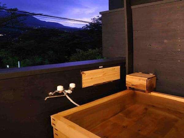 夕暮れ時、景色を眺めながら客室の温泉露天でゆったりと