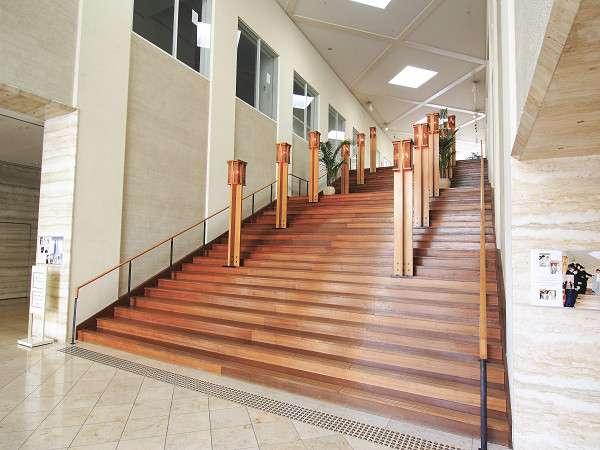 レストランにつながる大階段。結婚式が催されることもあります♪