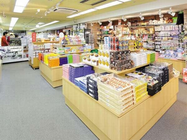 【売店】お土産の他に、ドリンクやお菓子、地元のワインや地酒もございます