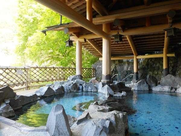 新緑の岩風呂